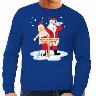 Goedkope foute kersttrui blauw met een dronken kerstman en zijn vrouw