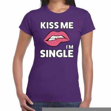 Goedkope kiss me i am single paars fun t shirt voor dames